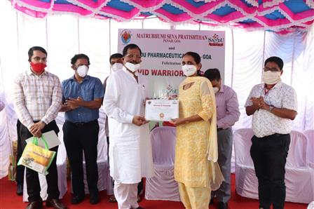 Union Minister of State for AYUSH (I/C) Shri Shripad Naik felicitating the Corona Warriors at Manipal Hospital, Bambolim, Goa on October 22, 2020