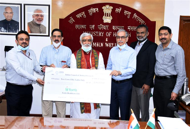 The Fortis Healthcare hands over a cheque of Rs.2.5 crore to ICMR from CSR fund, in the presence of the Minister of State for Health and Family Welfare, Shri Ashwini Kumar Choubey, in New Delhi on September 26, 2020.