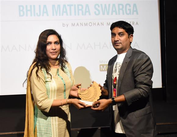 Director Manmohan Mahapatra of 'Bhija Matira Swarga' being felicitated, during the 51st International Film Festival of India (IFFI-2021), in Panaji, Goa on January 21, 2021.