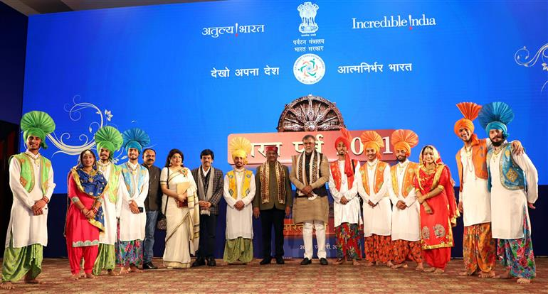 The Speaker, Lok Sabha, Shri Om Birla and the Minister of State for Culture and Tourism (Independent Charge), Shri Prahlad Singh Patel with the artists at the inauguration of the Bharat Parv 2021, in New Delhi on January 26, 2021.
