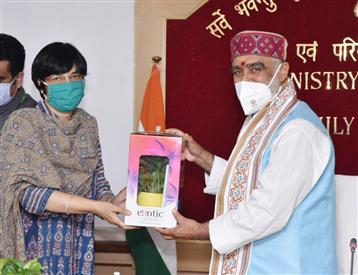 The Minister of State for Health and Family Welfare, Shri Ashwini Kumar Choubey honoring the senior women officers of the Ministry of Health and Family Welfare, on the occasion of the International Women's Day, in New Delhi on March 08, 2021.