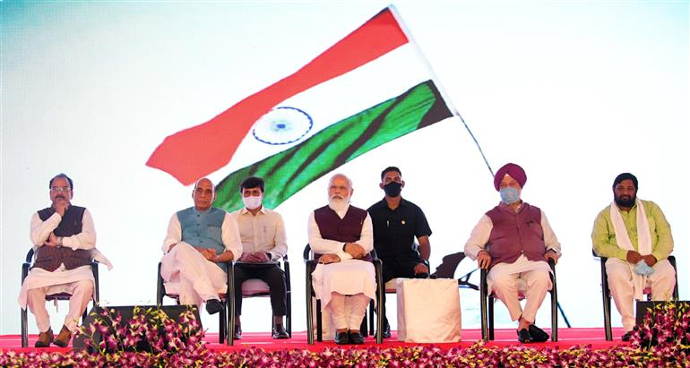 The Prime Minister, Shri Narendra Modi at the inauguration of the Defence Offices Complexes, at Kasturba Gandhi Marg and Africa Avenue, in New Delhi on September 16, 2021. The Union Minister for Defence, Shri Rajnath Singh, the Union Minister for Petroleum & Natural Gas, Housing and Urban Affairs, Shri Hardeep Singh Puri, the Minister of State for Defence and Tourism, Shri Ajay Bhatt and the Minister of State for Housing and Urban Affairs, Shri Kaushal Kishore are also seen.