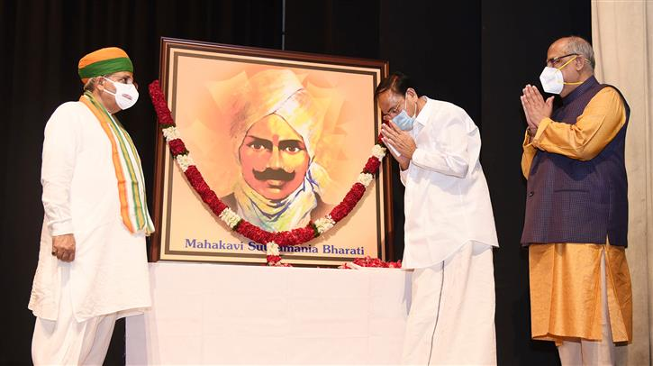 The Vice President, Shri M. Venkaiah Naidu paying tributes to Mahakavi Subramania Bharati at the Memorial Day Centenary of the poet at Parliament House, in New Delhi on September 18, 2021.  The Minister of State for Parliamentary Affairs and Culture, Shri Arjun Ram Meghwal is also seen.