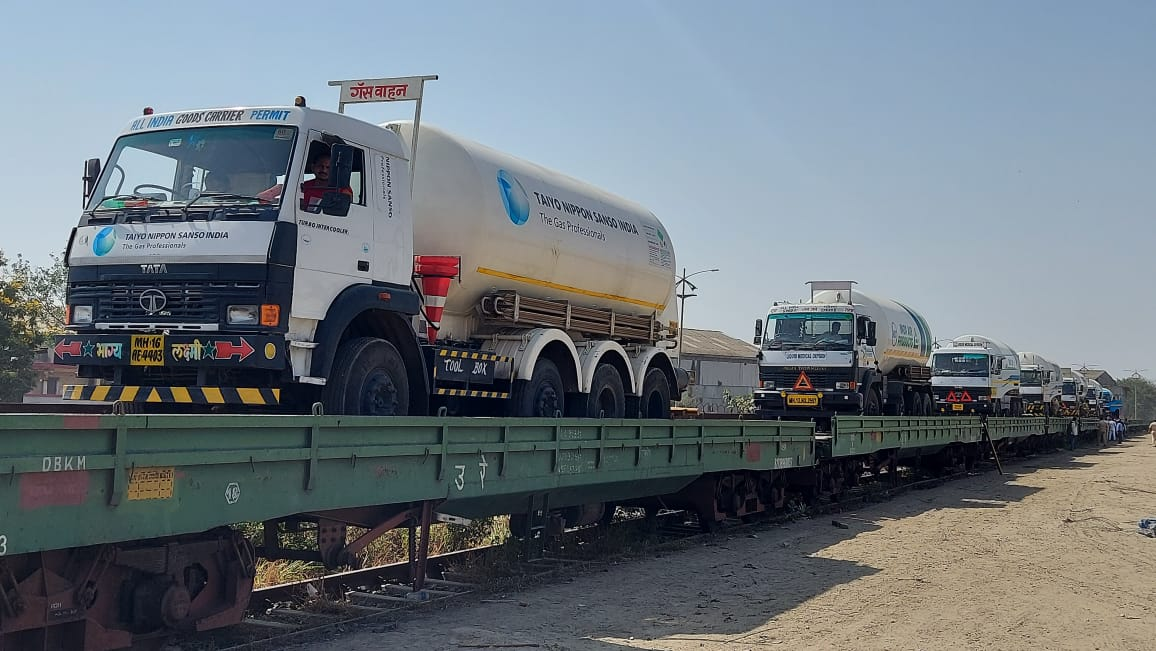 Ministry of Railways Railways gears up to run Oxygen Express The Ro-Ro service with 7 empty tankers moved to VSPS from Kalamboli goods yard today Posted On: 19 APR 2021 8:47PM by PIB Mumbai Mumbai, April 19, 2021 Railways have geared up to ...